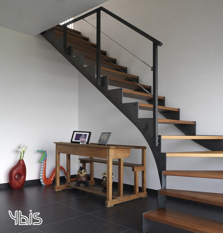Stalen trap met hout © Ybis