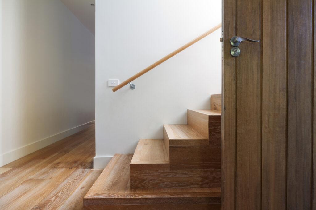 Hoe je houten trap vernissen?